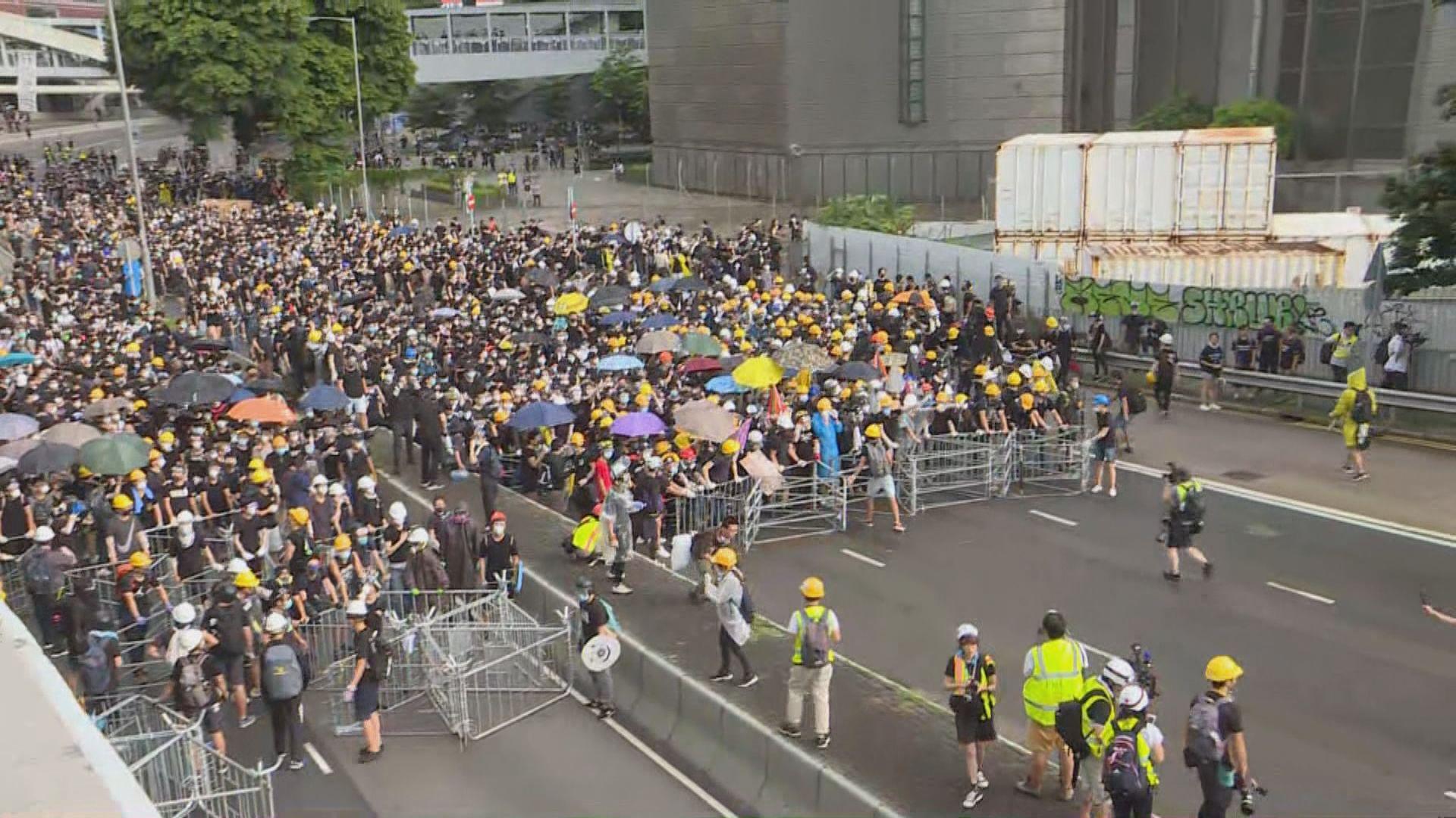 示威者堵塞夏愨道及龍和道 以鐵馬設路障