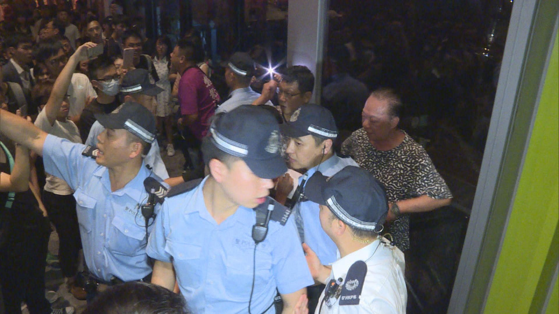 警員分隔支持及反對修例市民