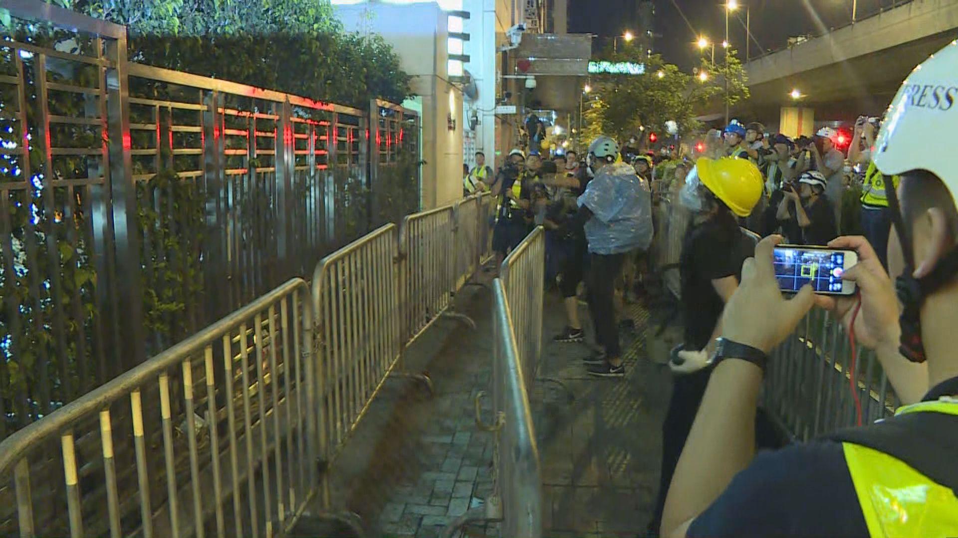 有示威者向中區警署投擲磚塊