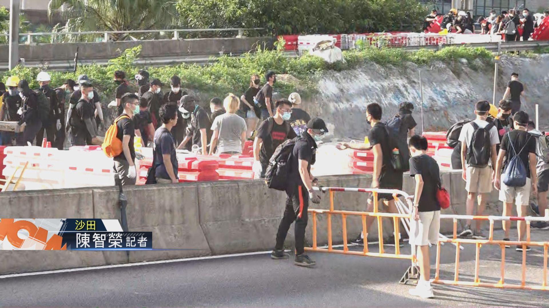 【現場報道‧沙田】示威者在大埔公路設路障