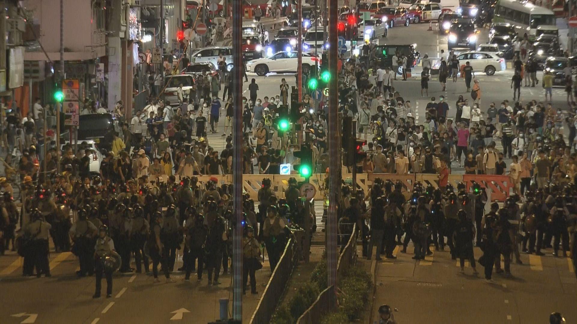 示威者退到長沙灣政府合署對開與警方對峙