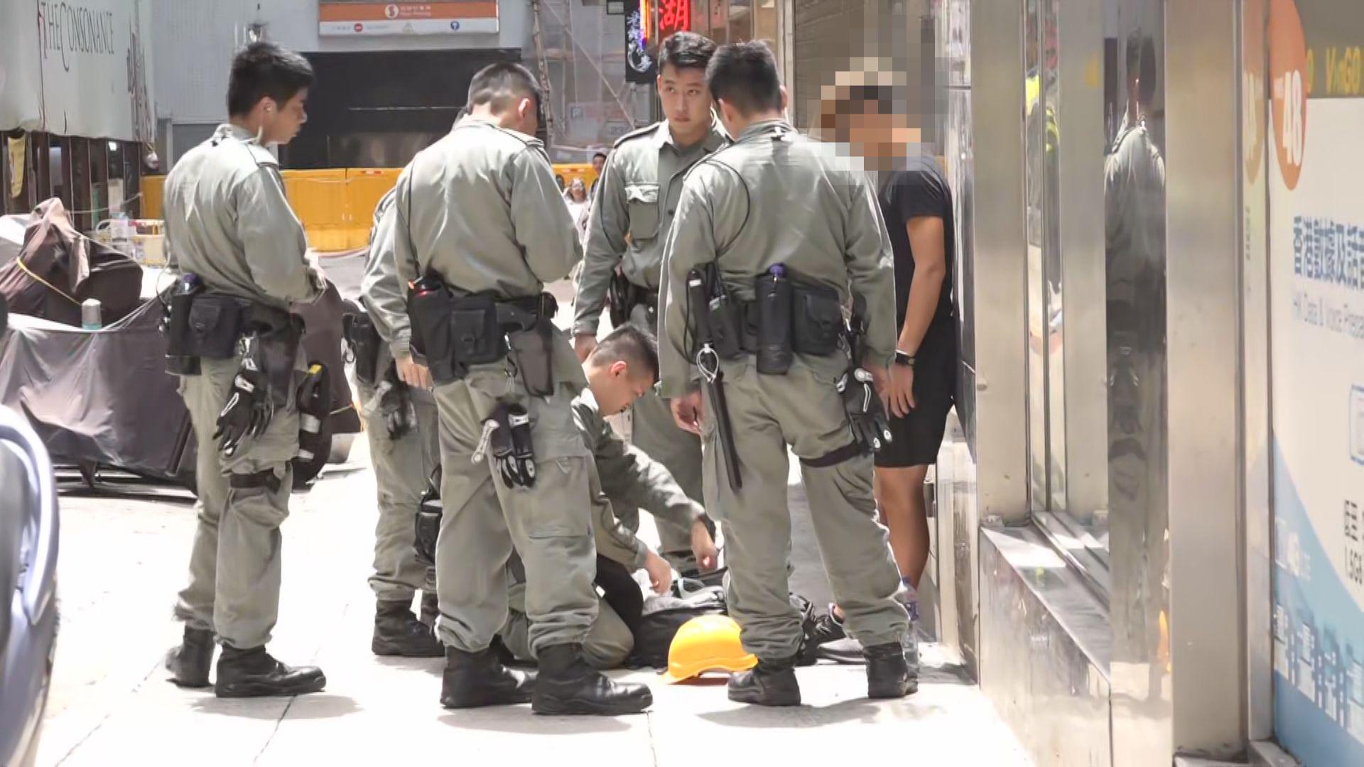 警方於北角截查並帶走穿黑衣市民