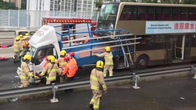 【最新】城隧巴士貨車相撞九傷