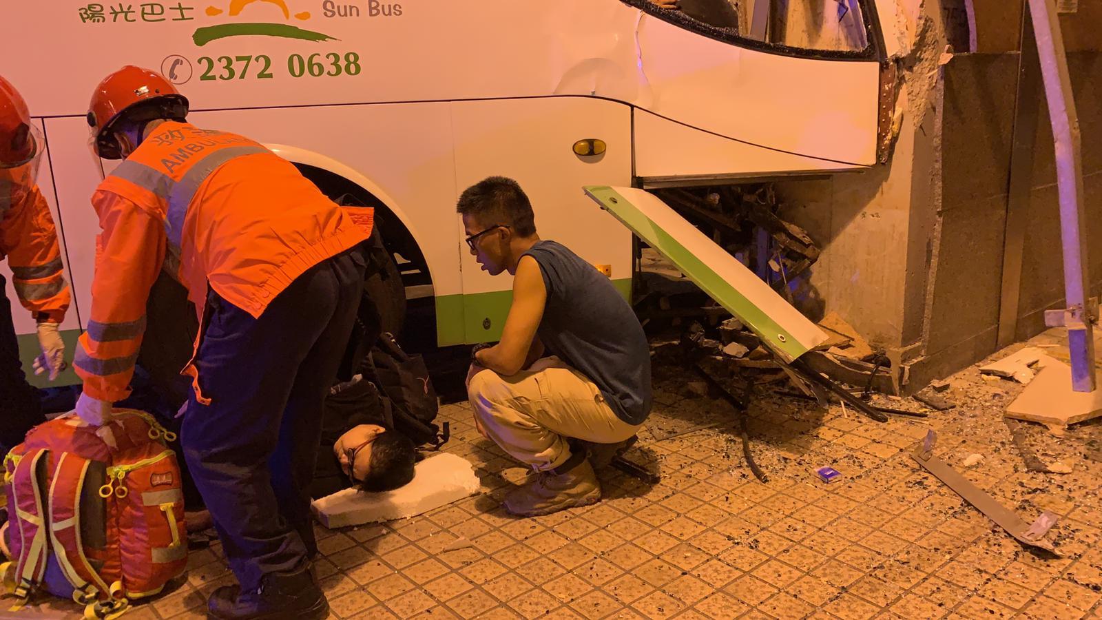 【最新·多圖】德福廣場穿梭巴士衝上行人路 一死十六傷