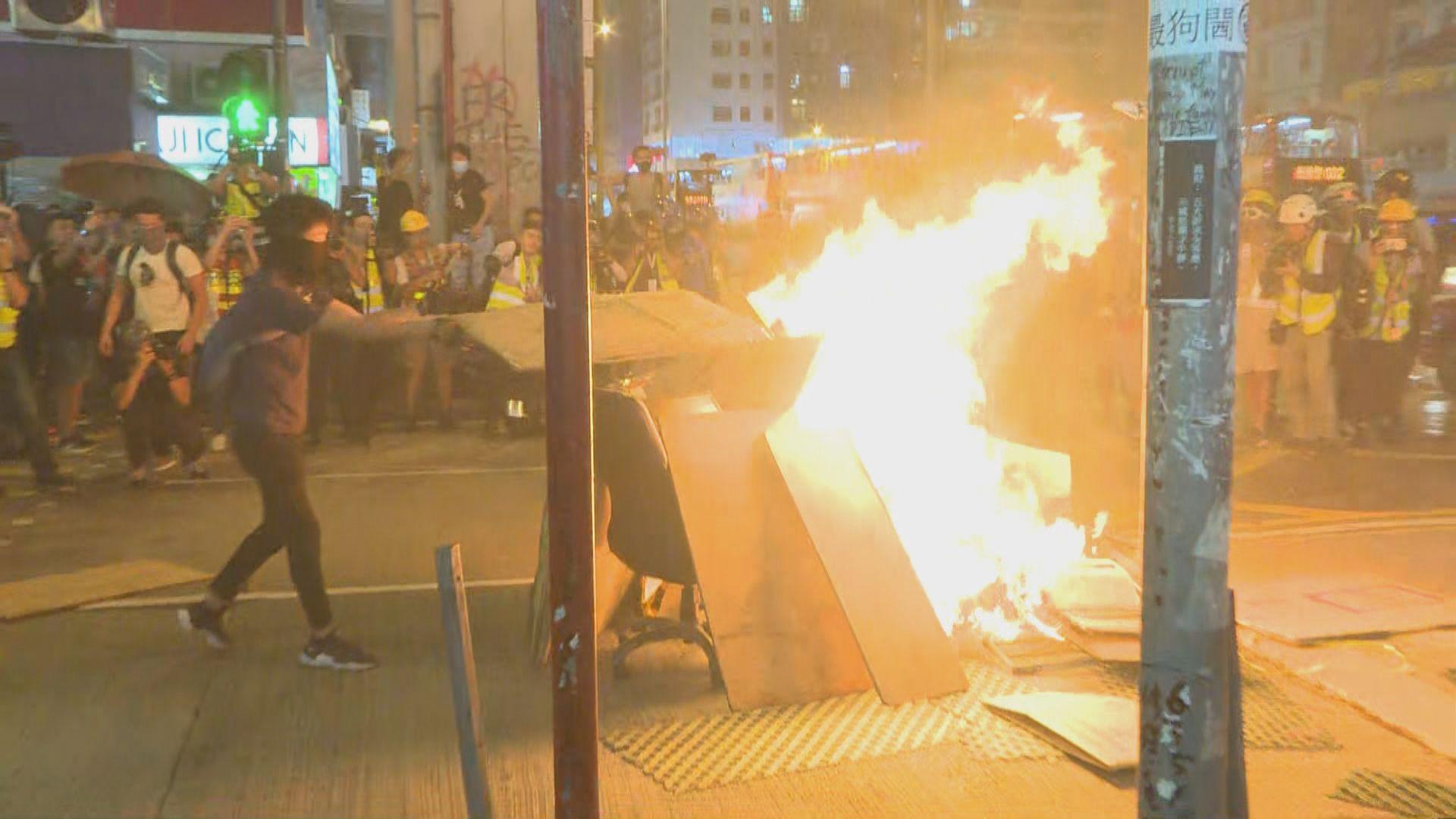 【不斷更新】示威者旺角警署外堵路與警對峙