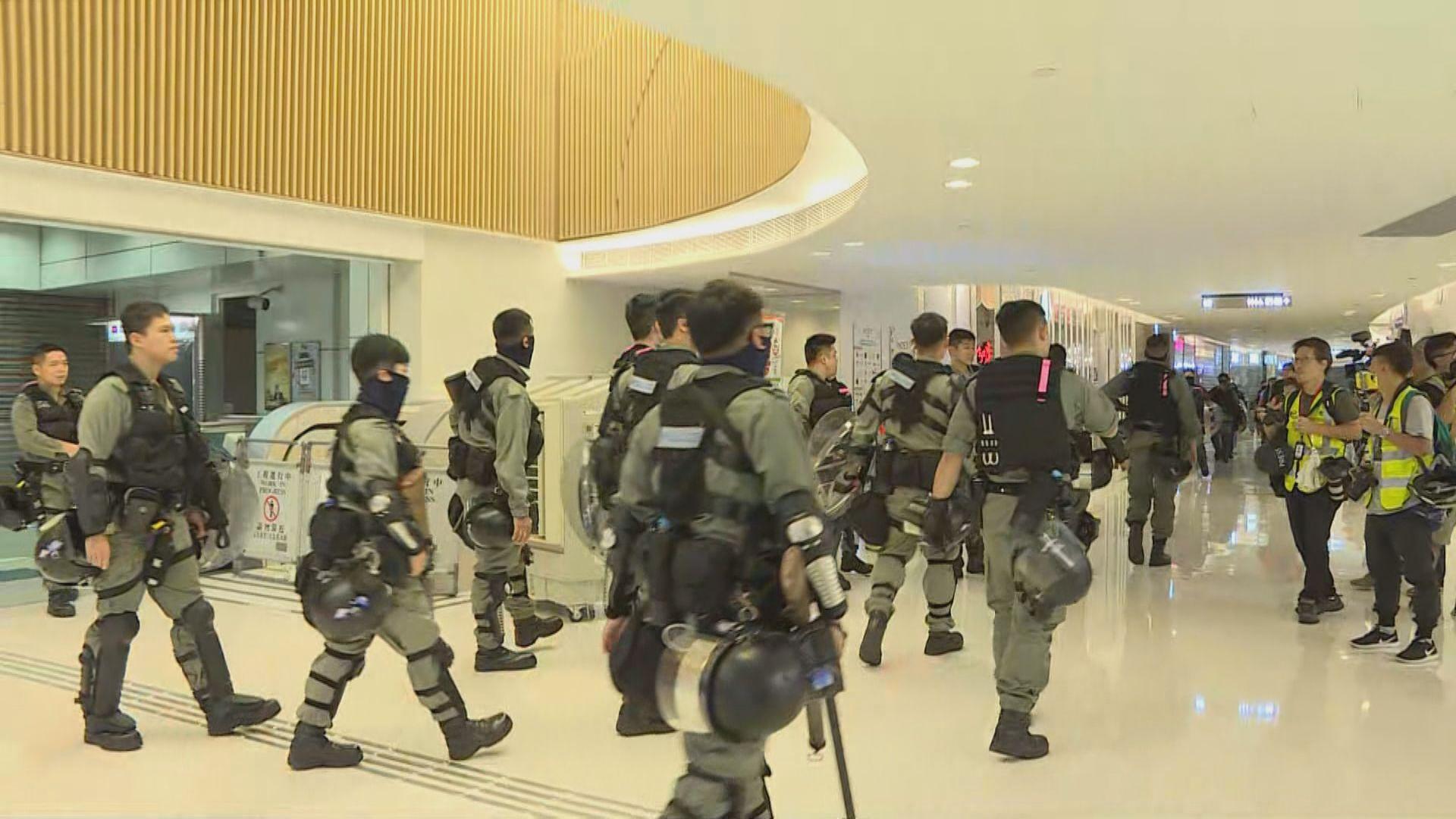 防暴警察一度進入新港城中心商場