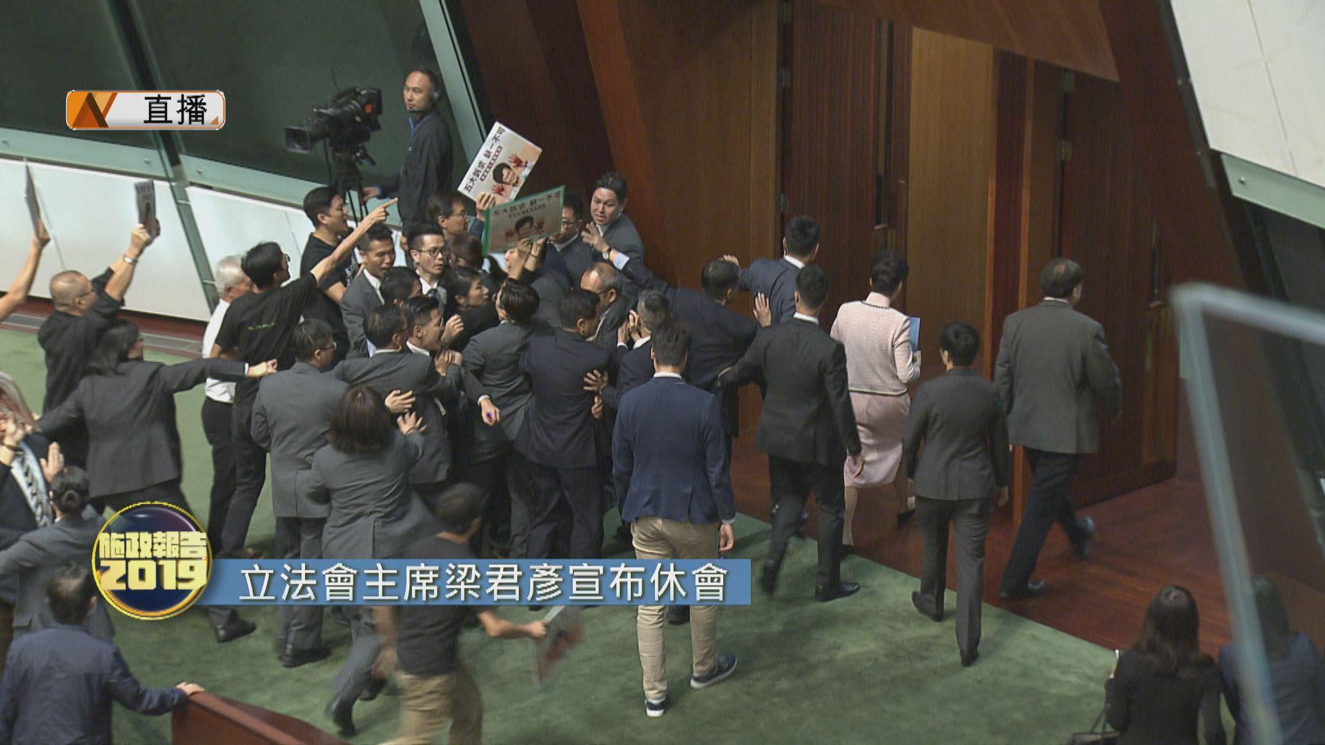 【最新】民主派打斷林鄭宣讀施政報告 主席梁君彥宣布休會