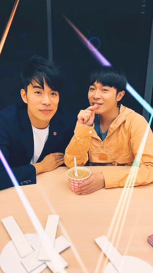 青峰(右)與《線的記憶》作曲家家凱