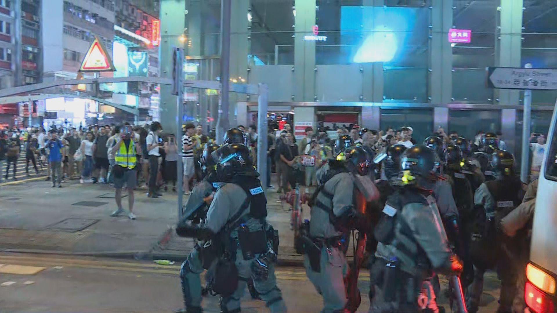 入夜後示威者旺角聚集 有人向警察擲磚頭