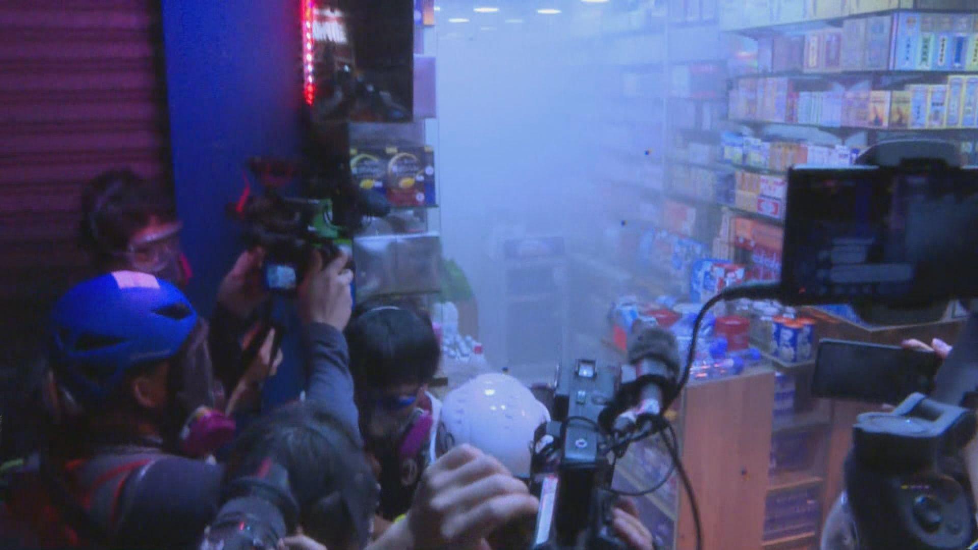 警方在旺角多次施放催淚彈 有藥房被擲中