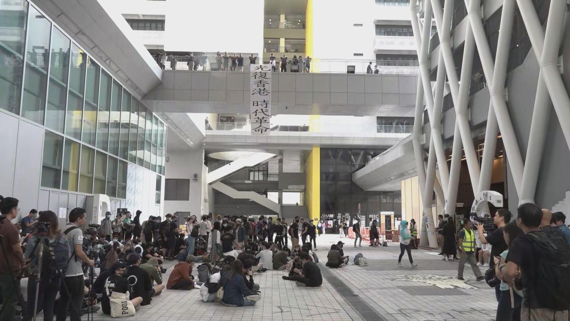 【即日焦點】知專學生不滿校方取消會面破壞設施 防暴警一度持長槍到場;英國《太陽報》不同地區採相反立場報道脫歐