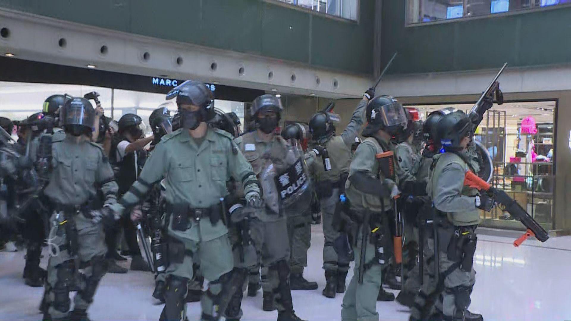 防暴警察衝入新城市廣場拘至少二人 一度舉槍指向高層市民