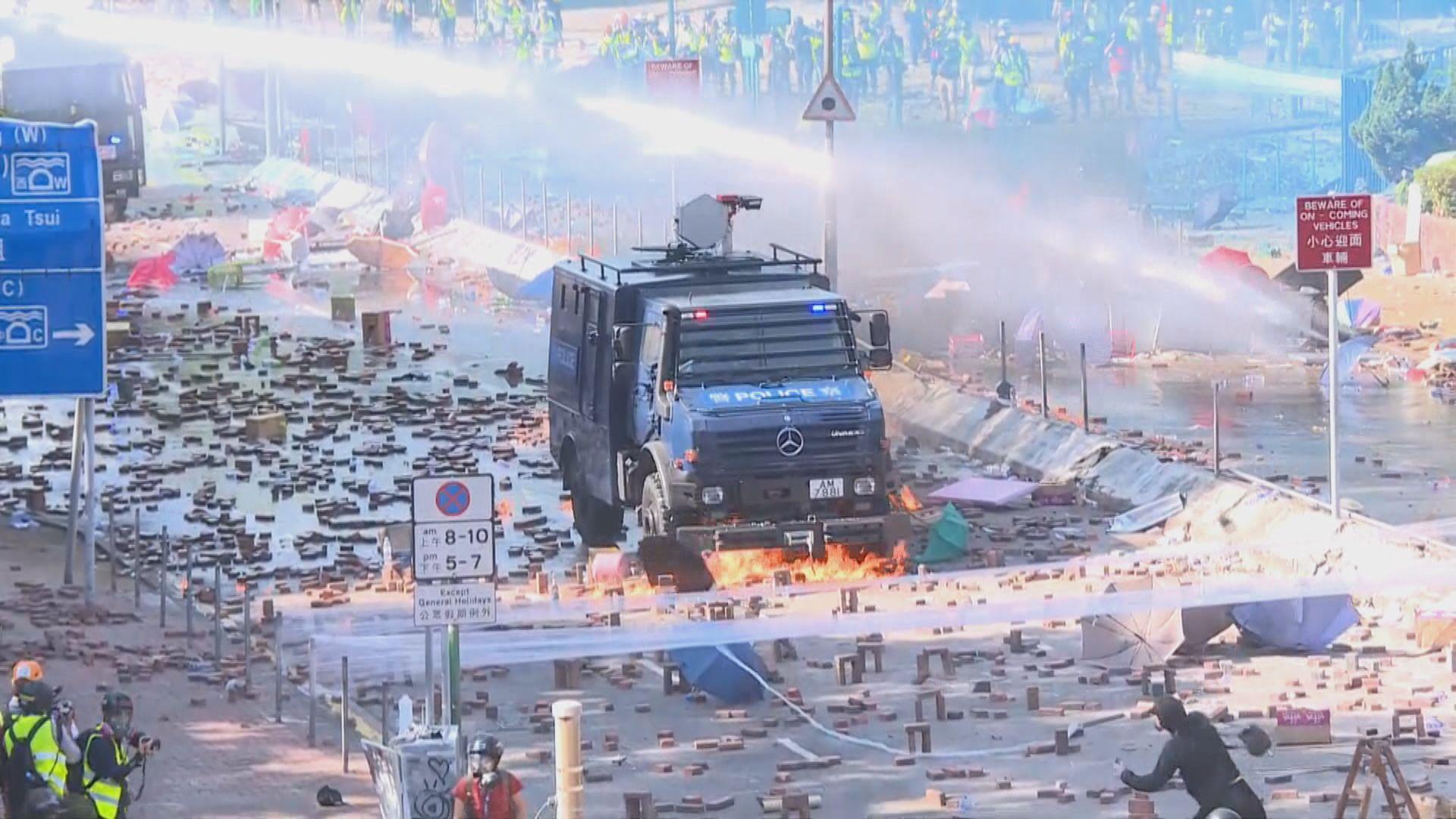 警方出動兩部水炮車驅散理大示威者