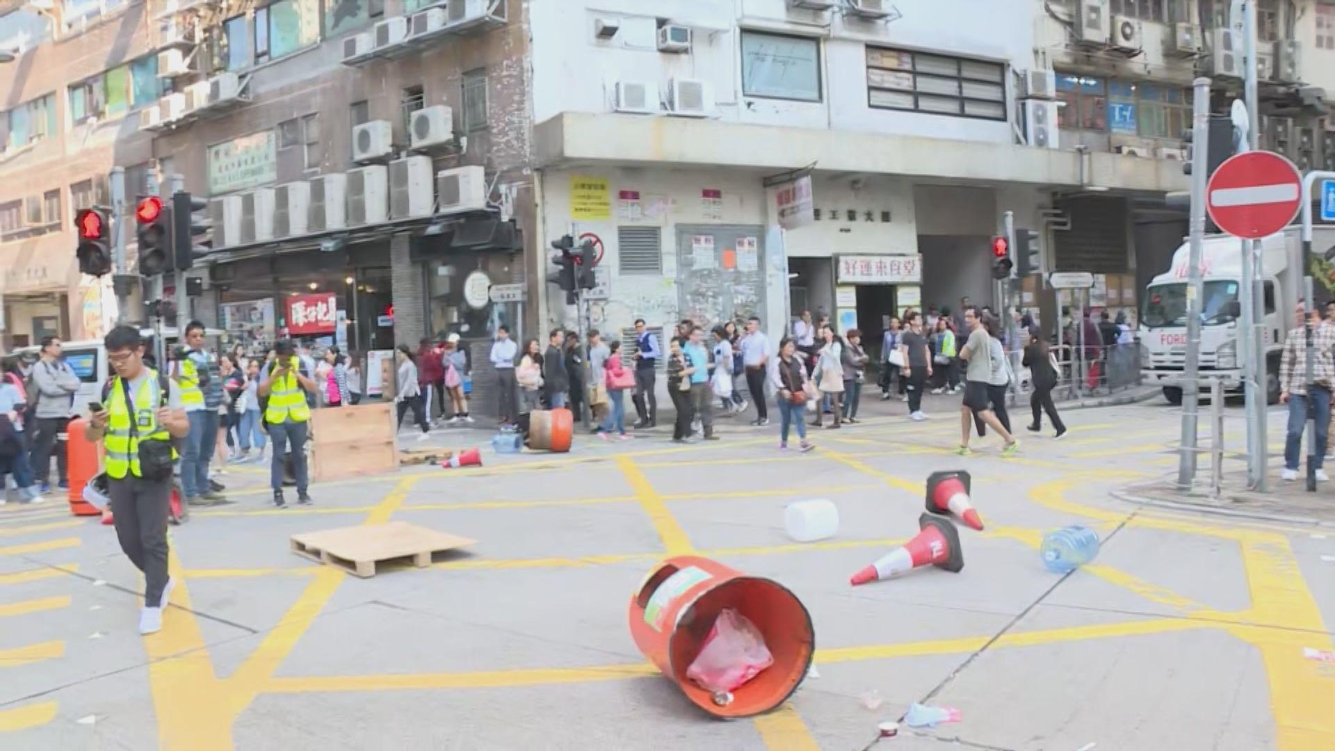 有網民發起觀塘快閃遊行 示威者以雜物堵路