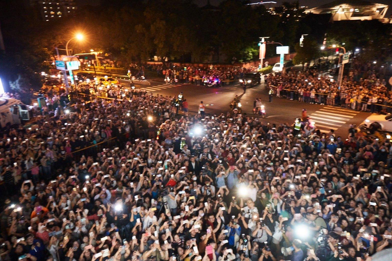 美術館外,來祝賀志玲的市民擠滿整條街!