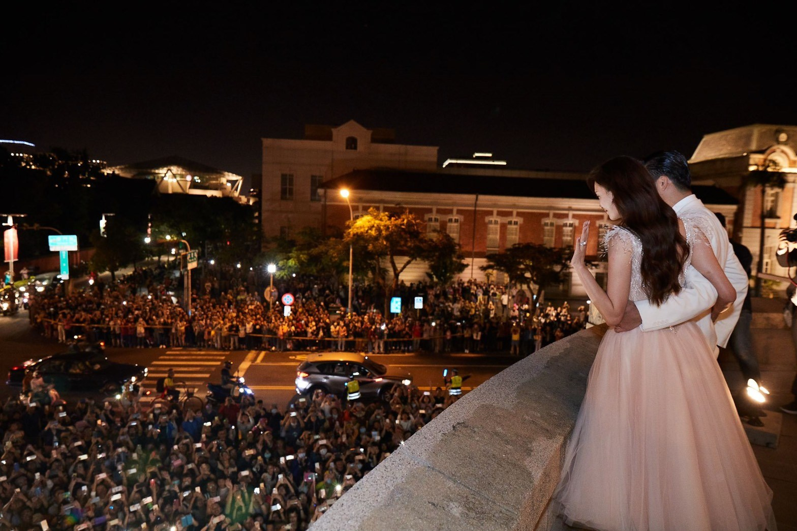 志玲和老公AKIRA也答謝到場祝賀的市民