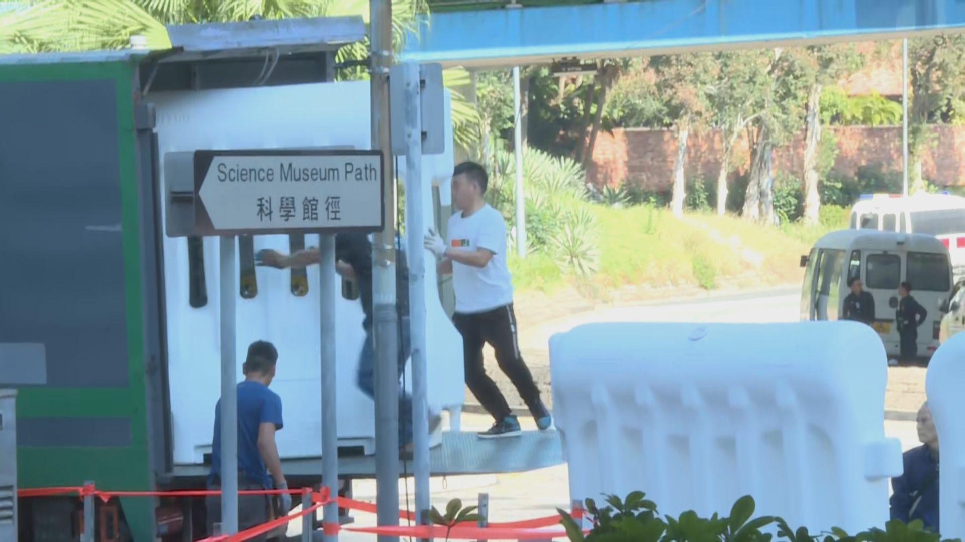 警員逐步拆走理大校園外的鐵馬及大型水馬