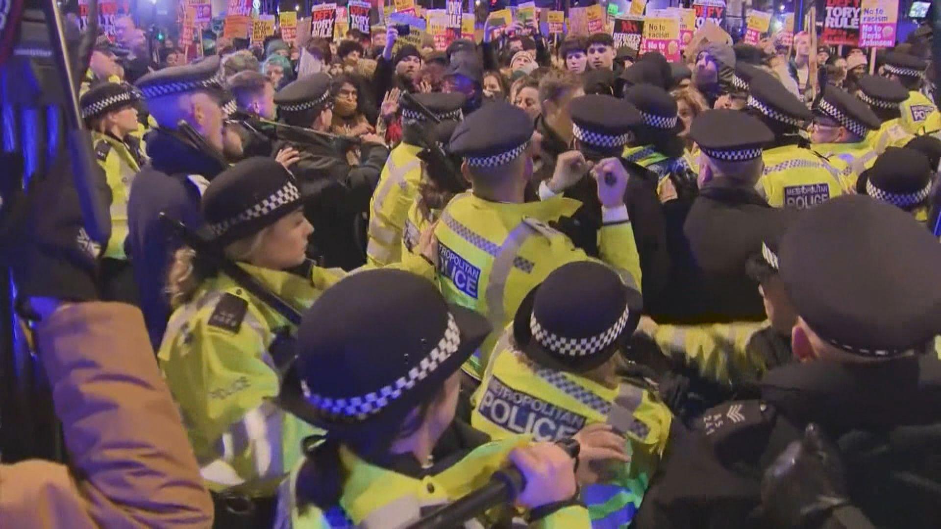 反約翰遜示威者上街與警衝突