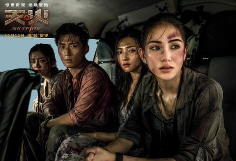 昆凌(右一)首次擔任女主角