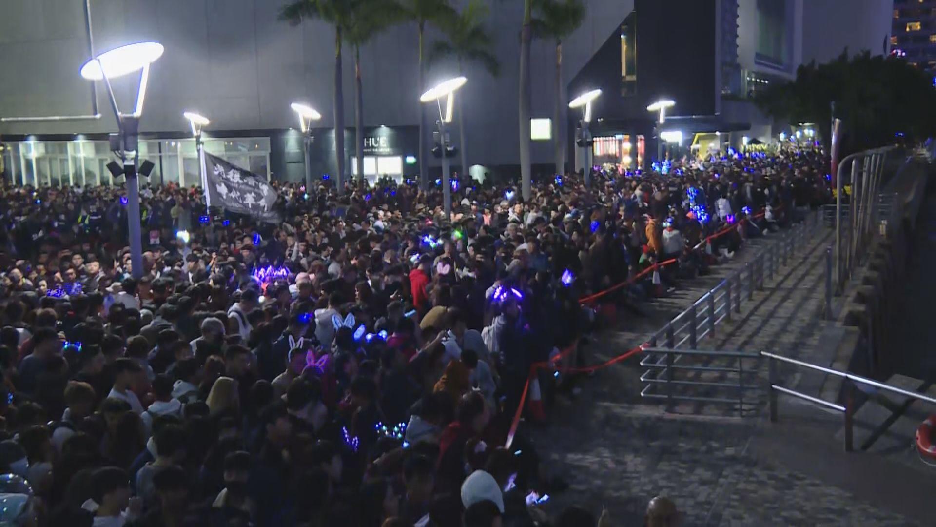 【現場報道】大批市民到尖沙咀海旁倒數 有人帶示威標語旗幟迎新年