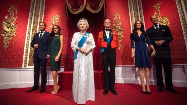 哈利和梅根的蠟像之前仍在英女王身旁。