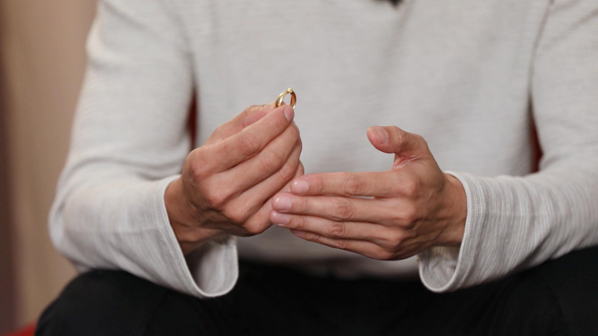 薛世恆捨不得出售當年的結婚戒指