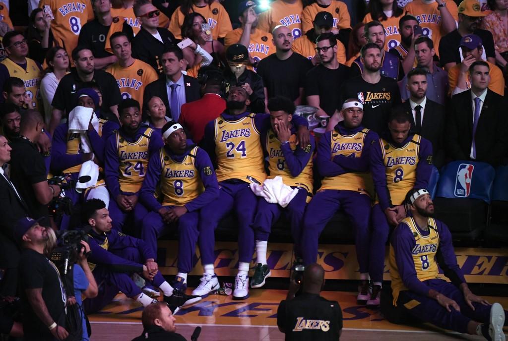 湖人隊球員在賽前都穿上高比的球衣(圖片來源:法新社)