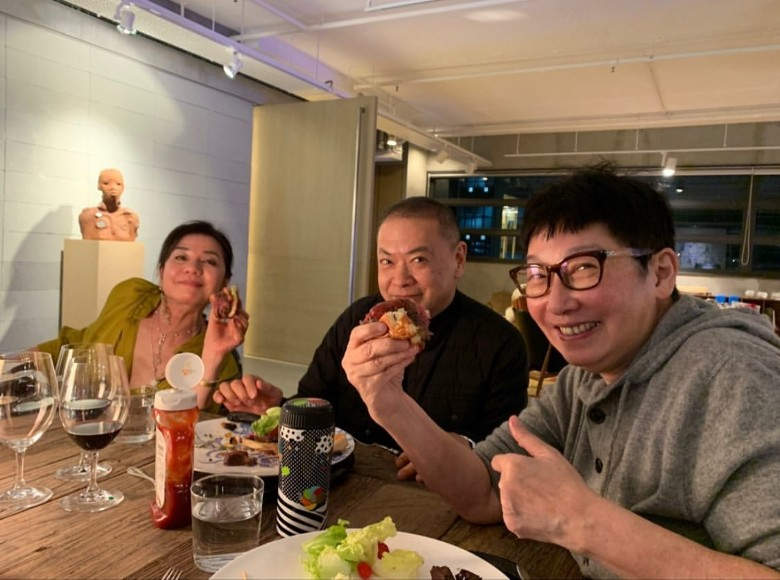 【無懼疫情】美魔女鍾楚紅60歲生日 好友齊齊食飯慶祝