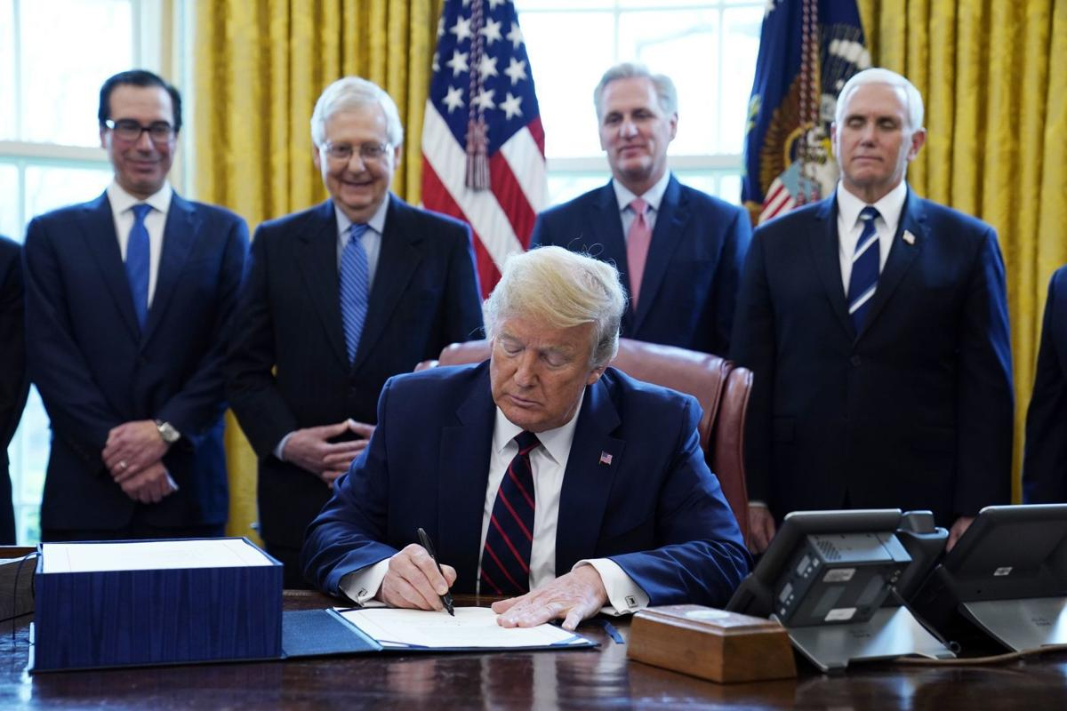 特朗普簽署2.2萬億美元刺激經濟法案成年人獲發1200美元| Now 新聞