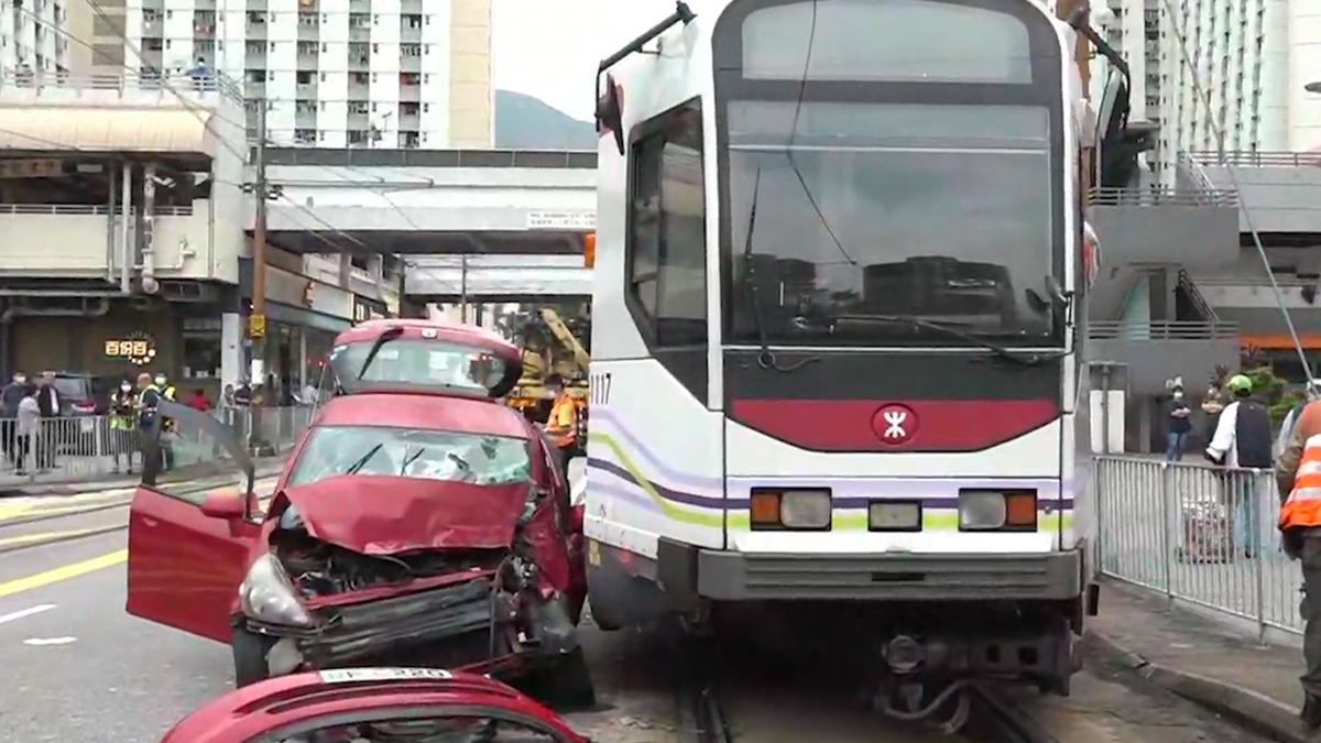 屯門私家車撞斃過路男途人再和輕鐵相撞