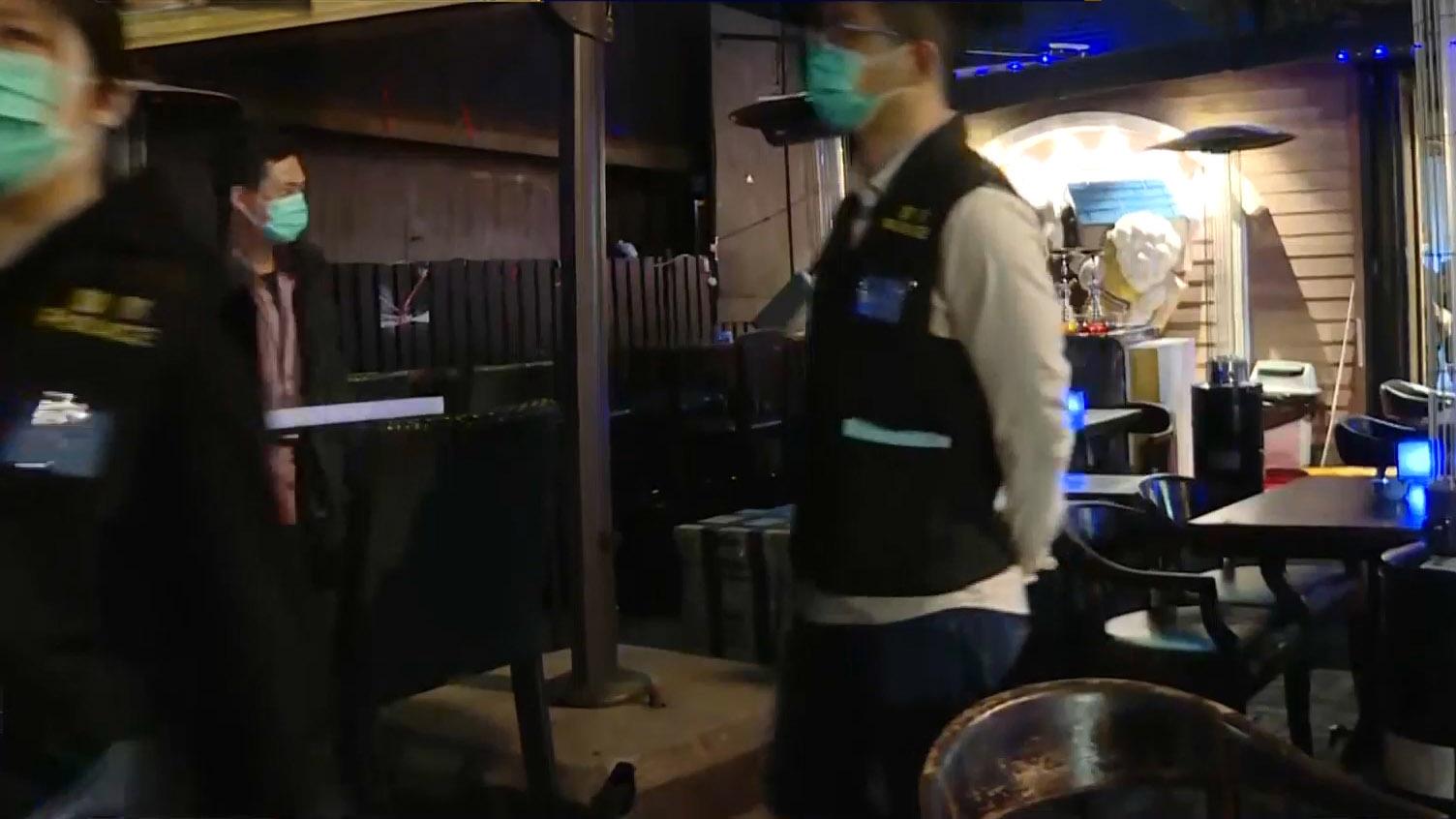 食環署人員連續兩晚巡查餐廳有否遵守新法例