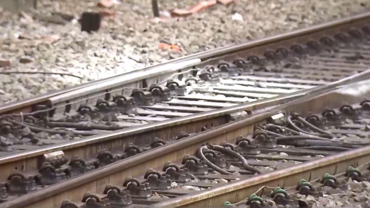 港鐵荃灣站懷疑被人掟汽油彈縱火
