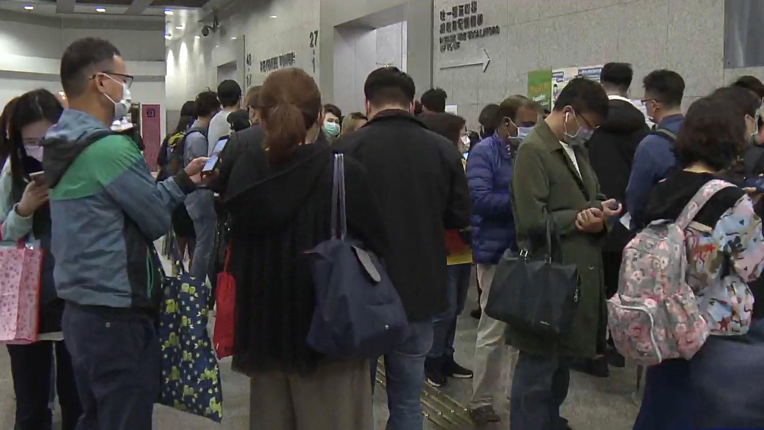 大批外傭和市民申請延期逗留及更改商業登記