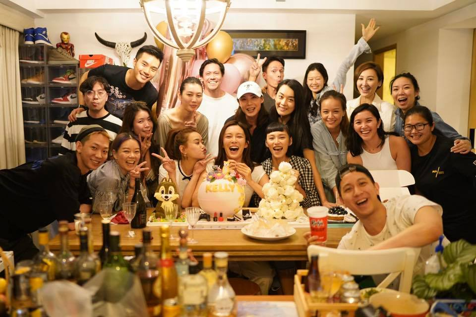 派對足足有20人,照片前方更見有疑似大堆酒精飲品