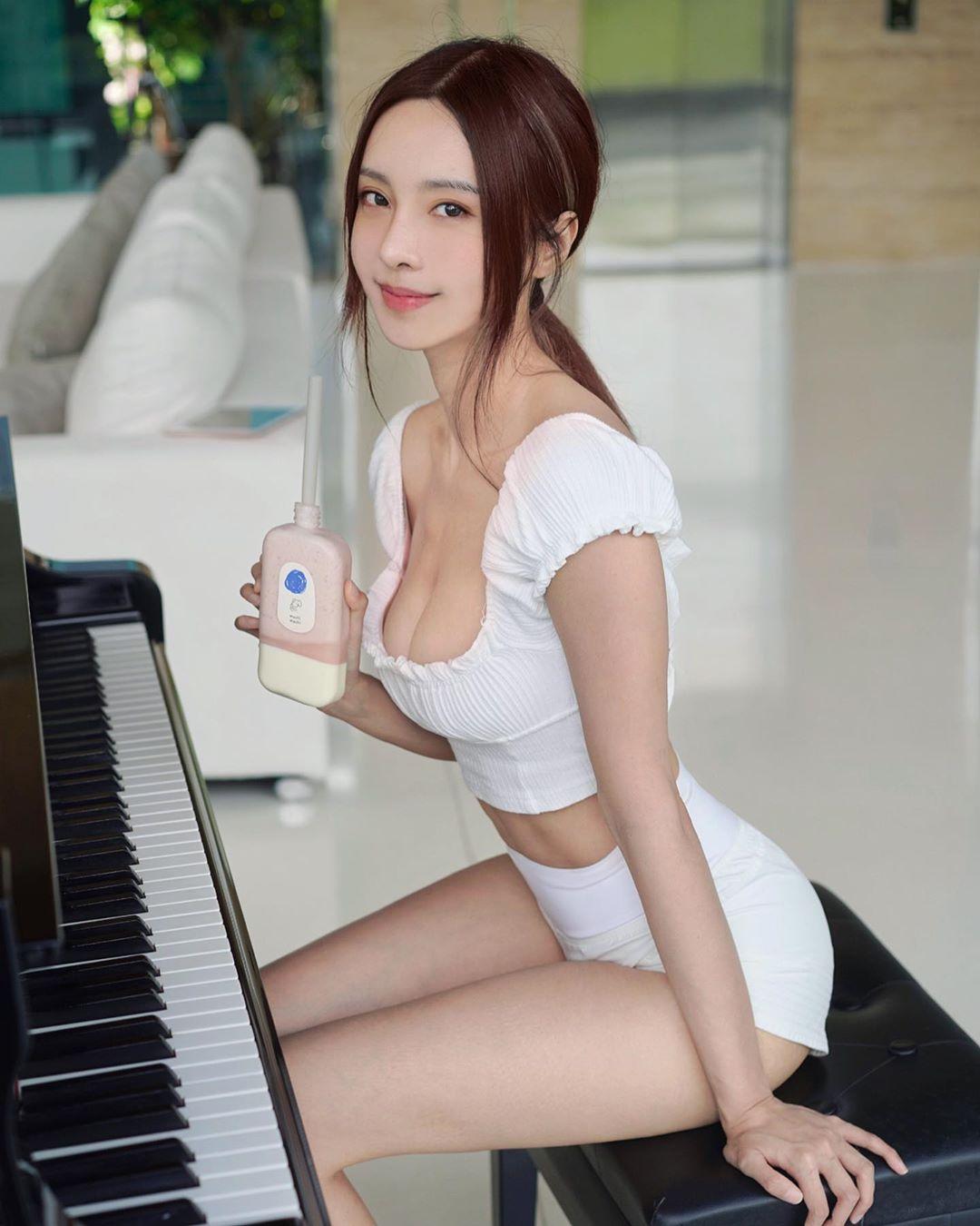 【片】巨乳鋼琴女神李元玲「倒奶」彈琴 網友:專注唔到