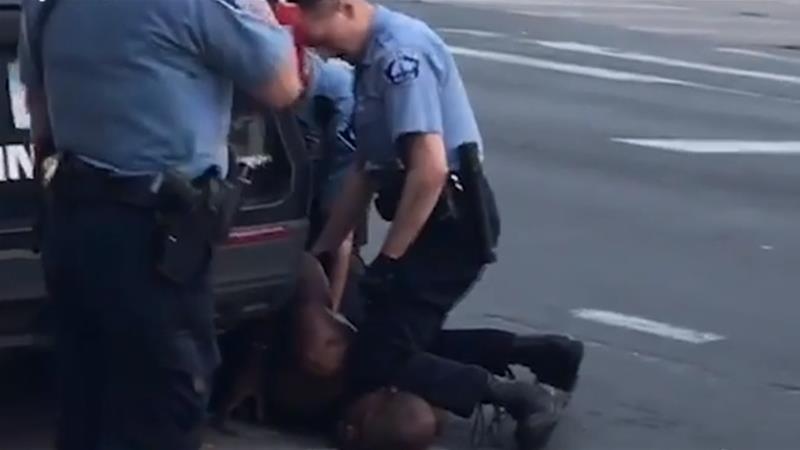 白人警官以膝頭壓住弗洛伊德的頸部