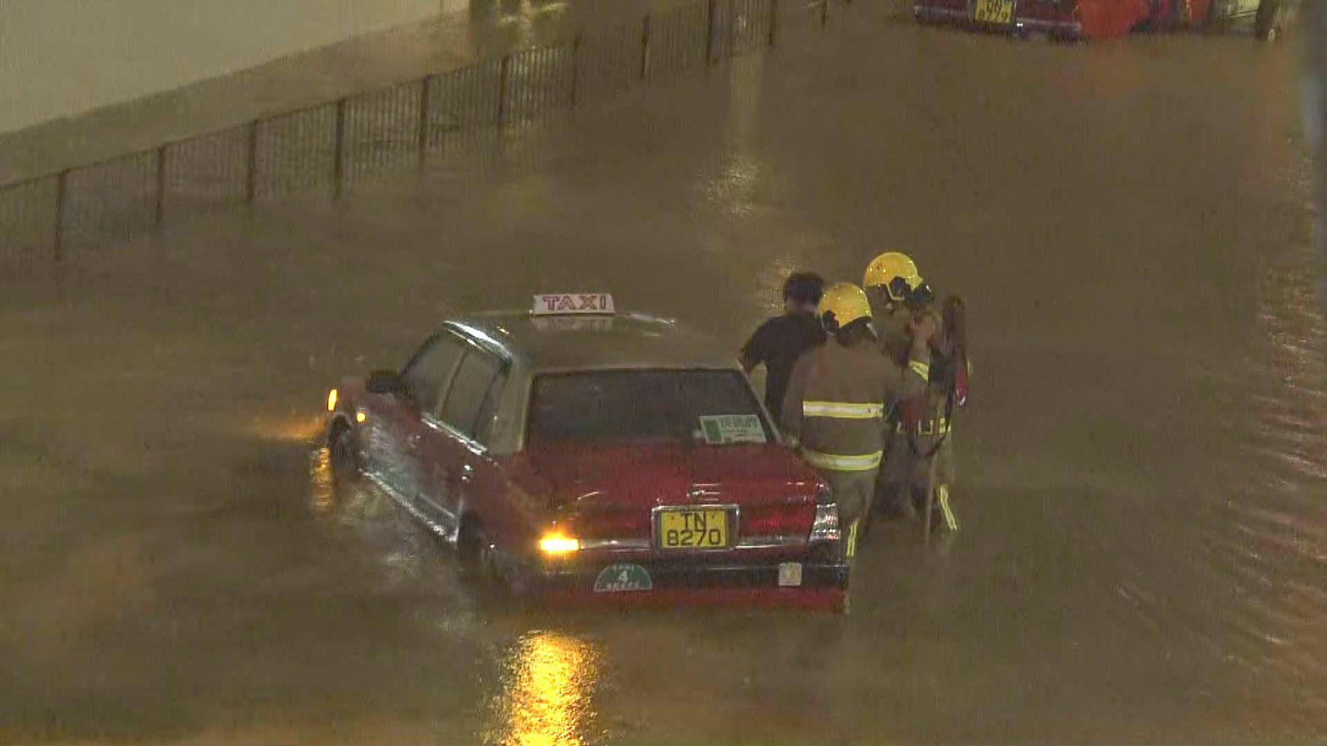 觀塘開源道一帶多架車被水浸至拋錨