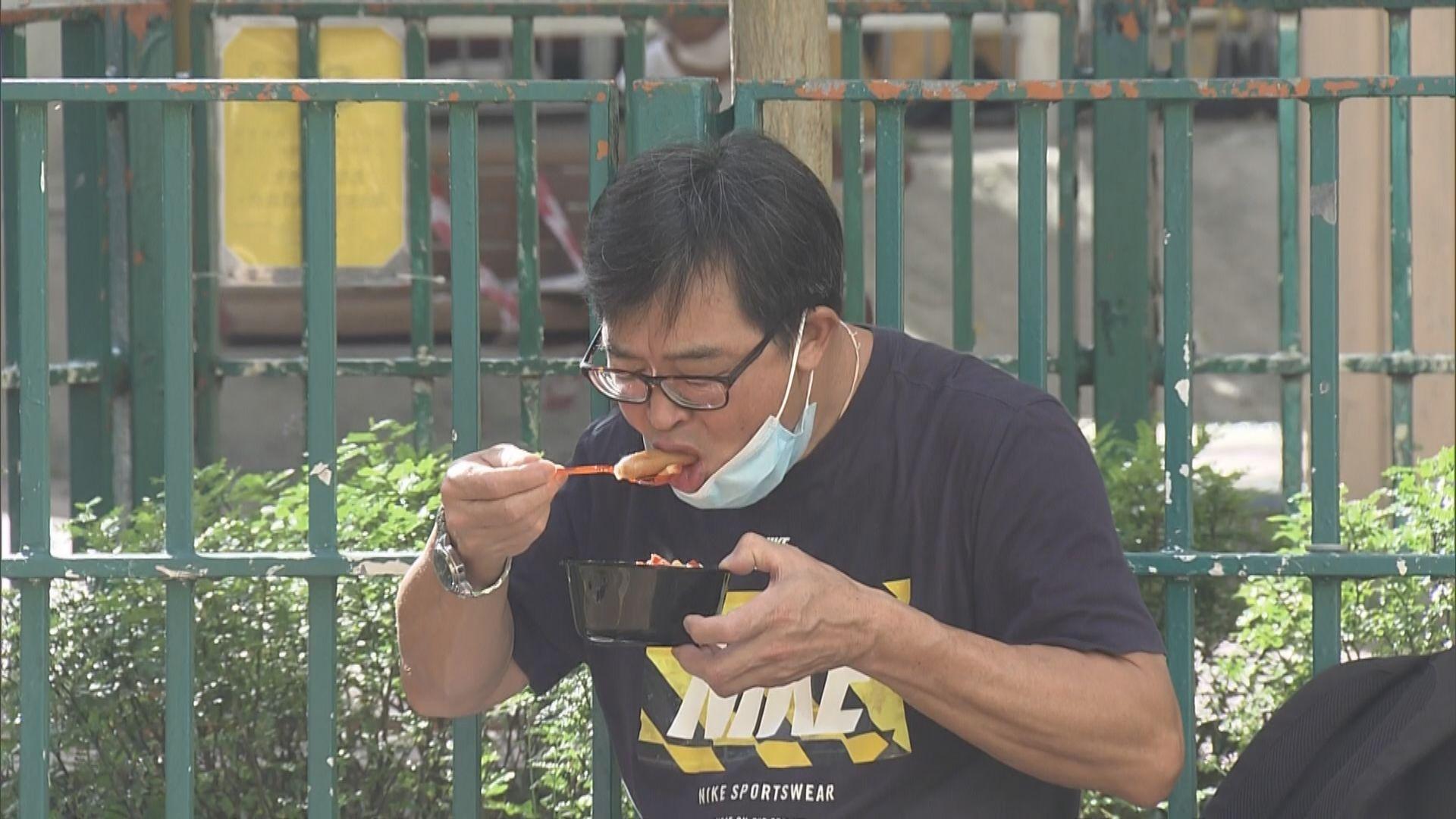 【開飯難】公園變飯堂、路壆當餐枱 無堂食的第一天