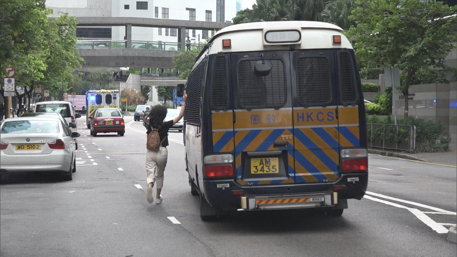 法庭對受襲警員因被告揮拳致痱滋爆裂有保留
