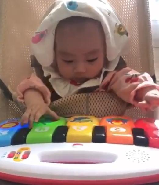 女兒彈玩具琴 羅仲謙:為父母結婚周年彈奏一曲