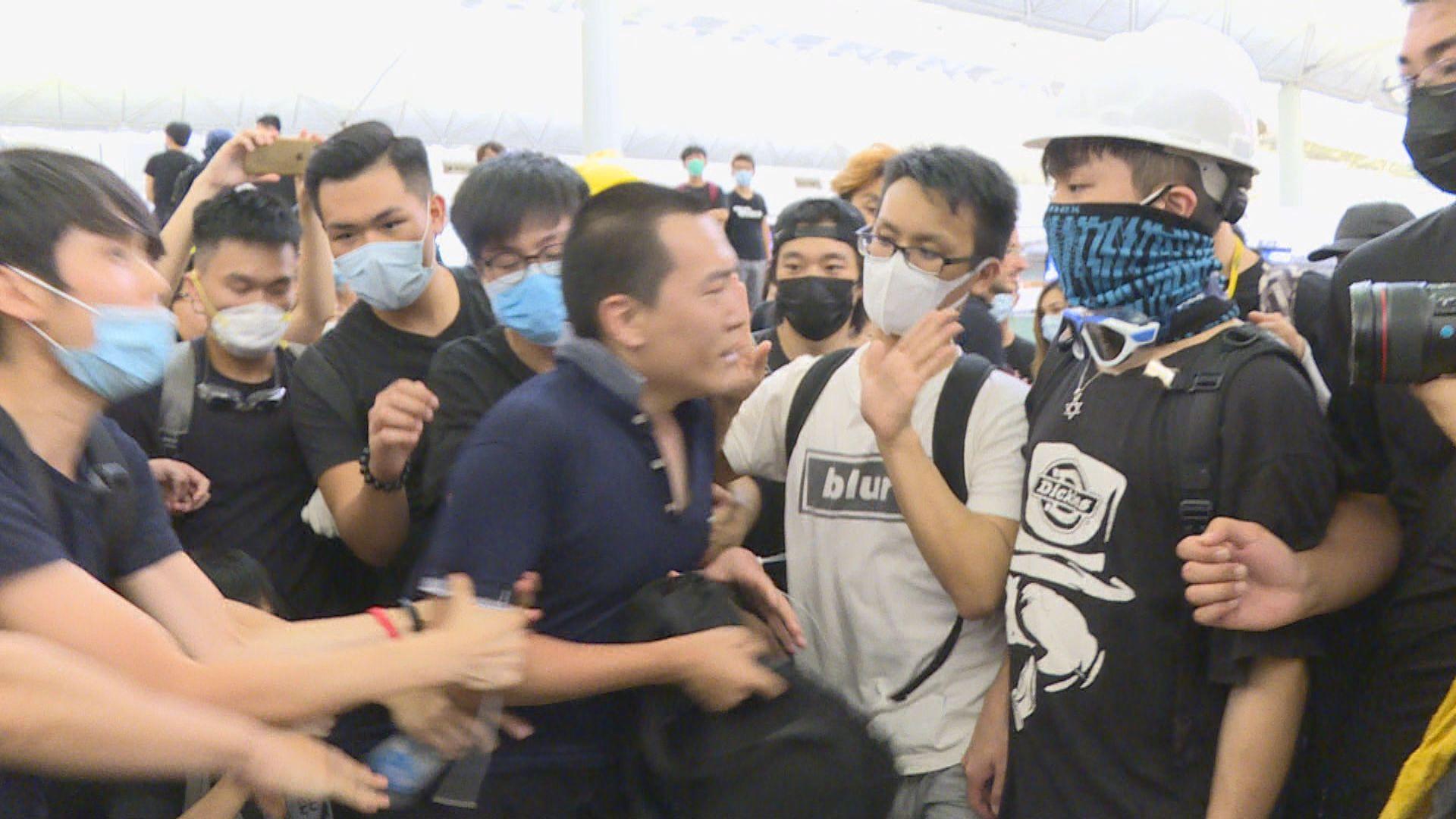 付國豪稱示威者對普通話人有偏見故以英文說是遊客
