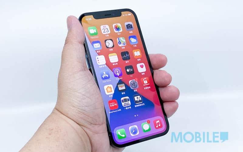 ▲ 平面薄邊框讓 iPhone 12 Pro 握感更勝上代