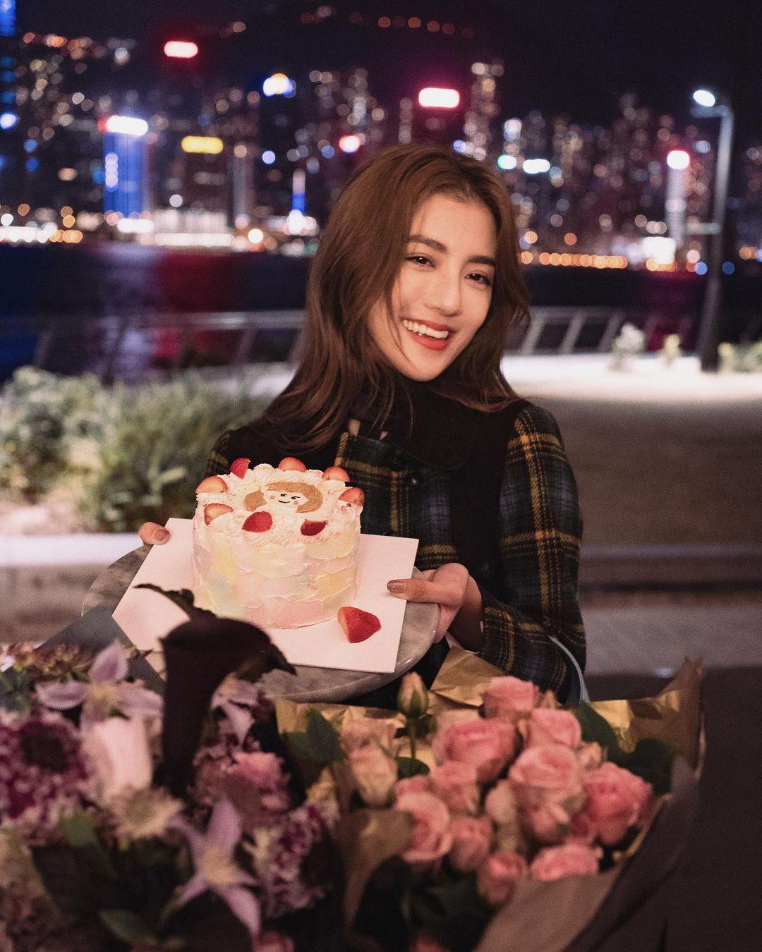吳千語27歲生日 與蔡卓妍齊扮《Emily in Paris》