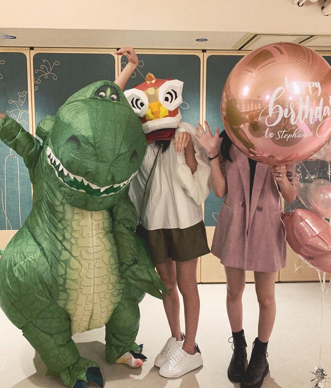 何雁詩(左)扮恐龍扮得相當開心
