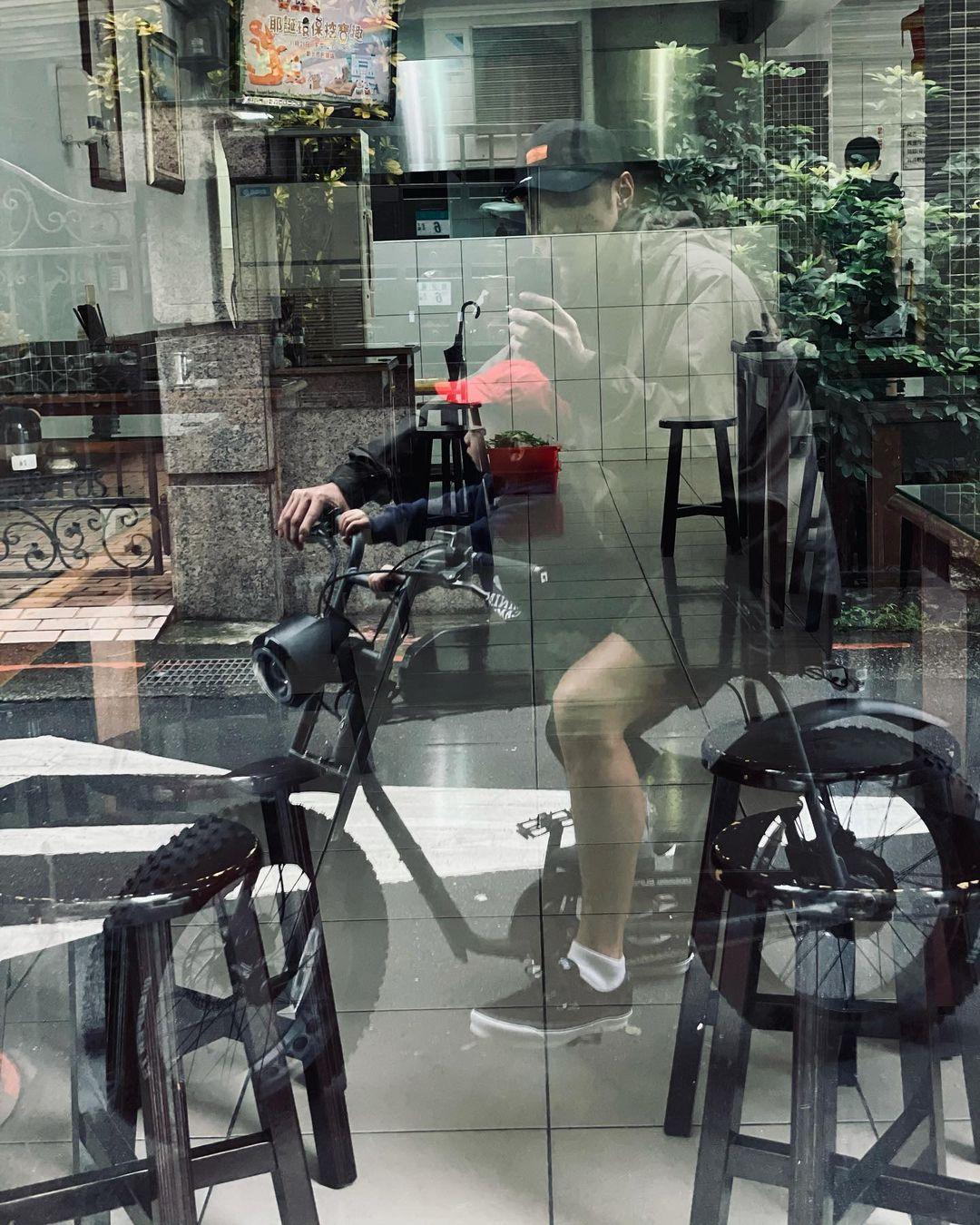 【隔離完畢】與妻兒無見兩個月 余文樂零防護帶囝囝坐電動單車