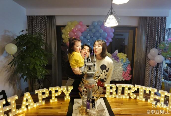 李亞男晒吊帶睡衣性感床照 與蔡少芬、孫耀威慶36歲生日