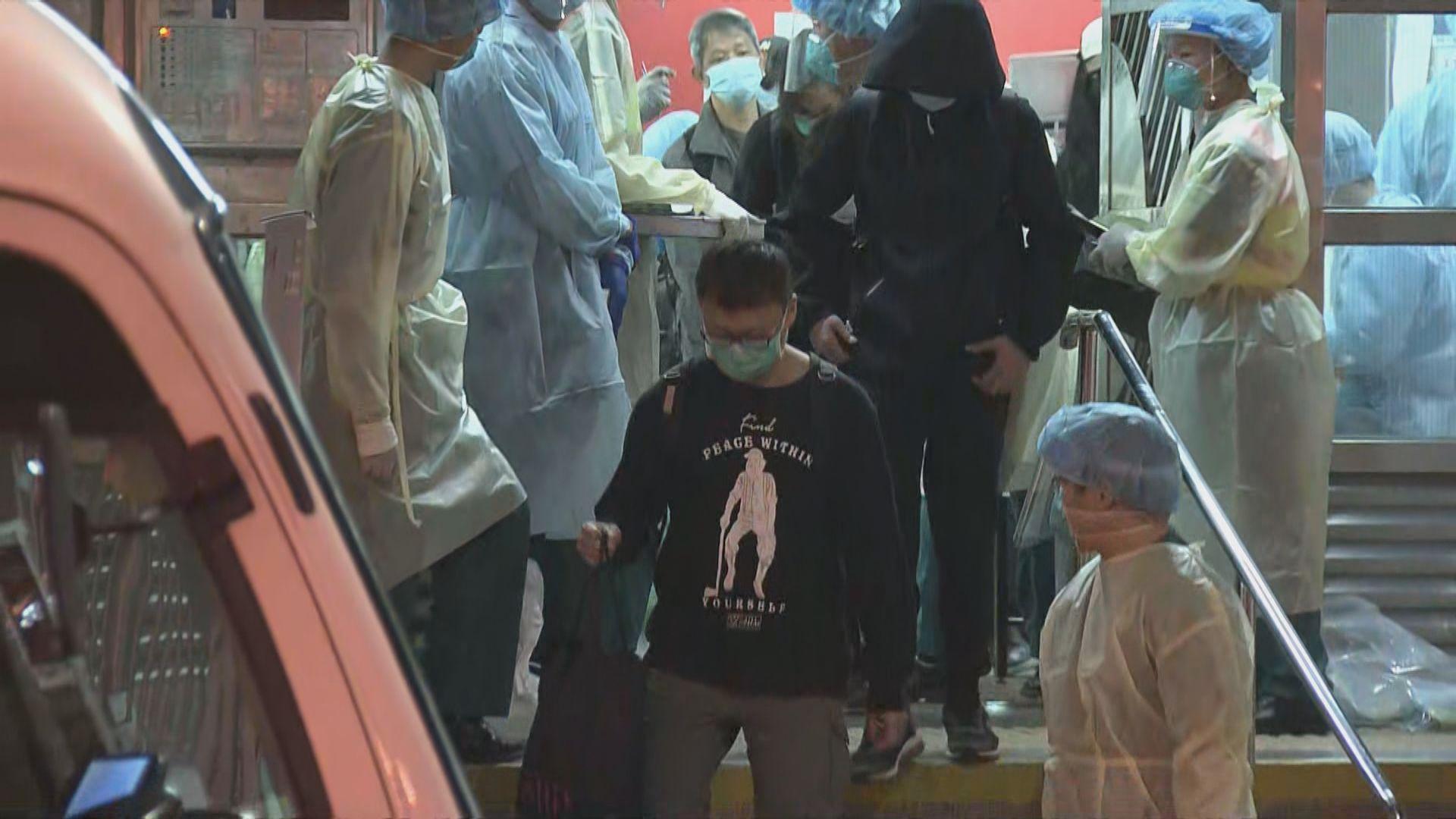葵盛西邨八座五樓先後15人確診 當局安排全層居民送往檢疫