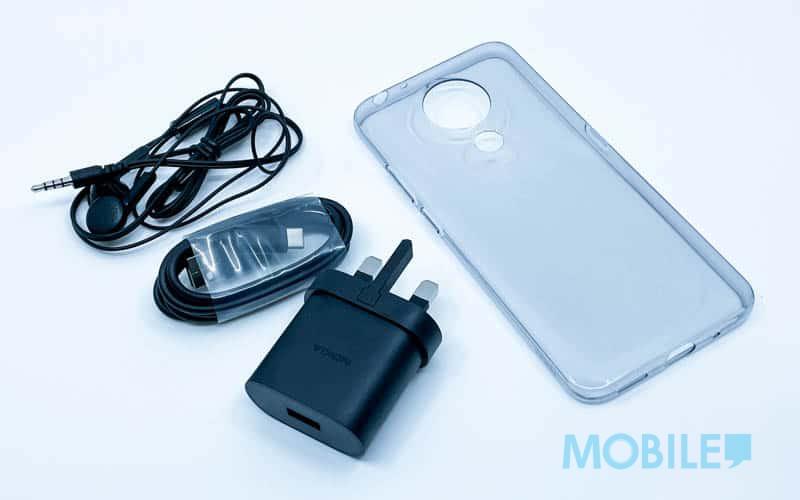 ▲ (左起)3.5mm 免提耳機、Type C 數據線、充電器、專屬機套