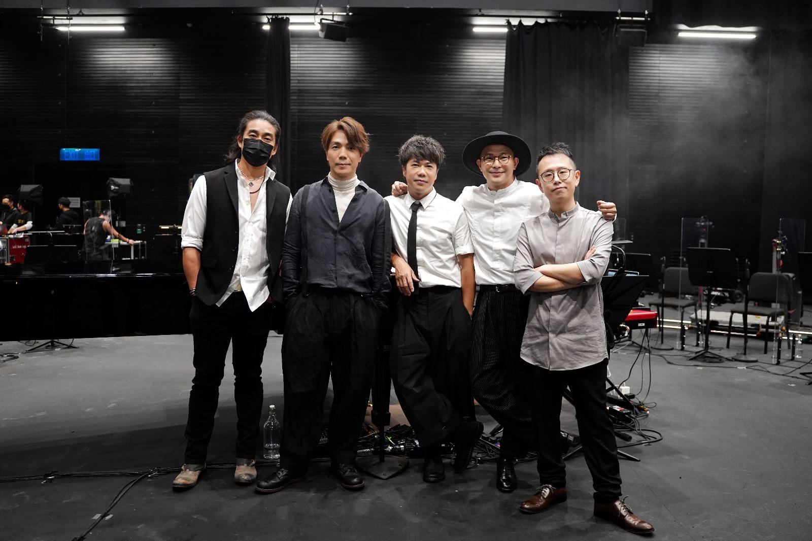 左起:Rubberband阿正、阿偉、泥鯭、6號、樂隊領班及鍵琴手Patrick Lui