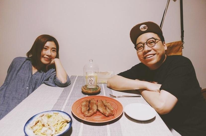 二人在家煮飯仔慶祝